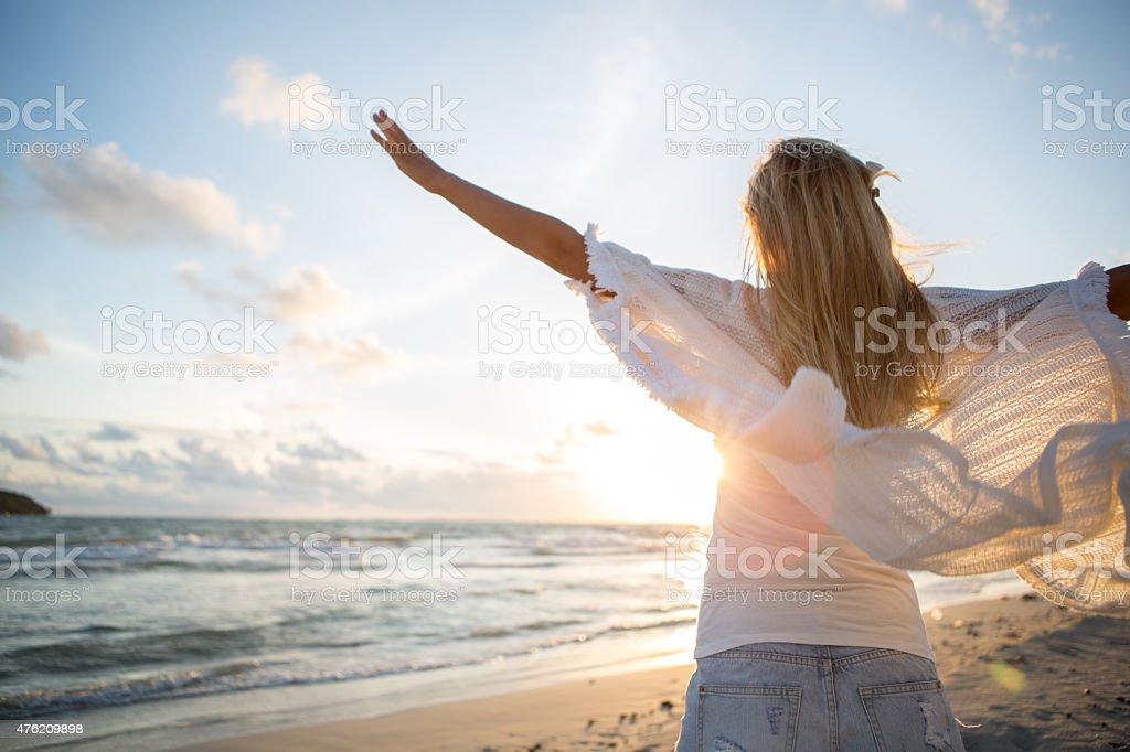 Jubeln Frau offenen Armen bis Sonnenuntergang am Meer – Foto
