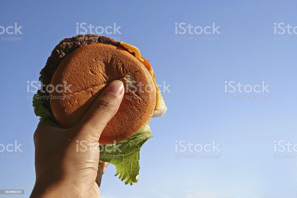 Cheeseburger à la main alimentation Smiet! photo libre de droits