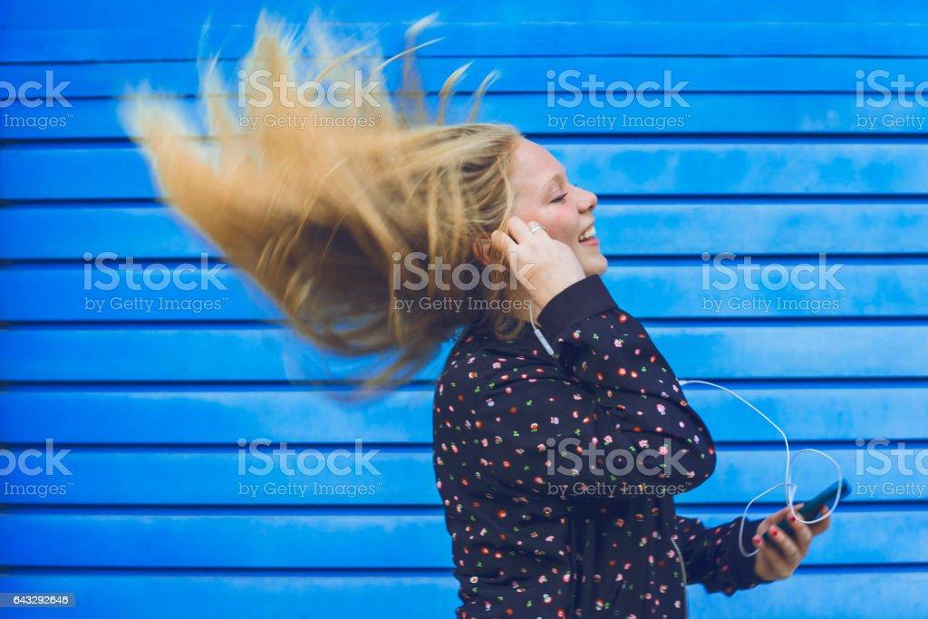 Chica al ritmo de la musica stock photo