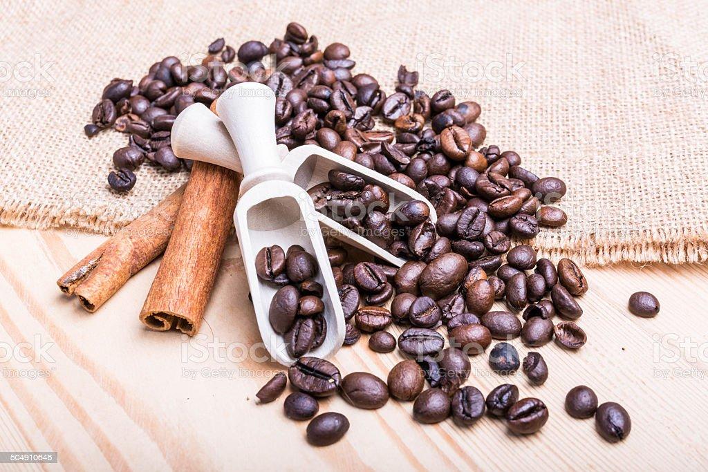 chicchi di caffè su tavolo di legno stock photo