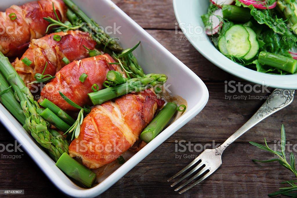 Peito de frango com aspargos verdes foto royalty-free