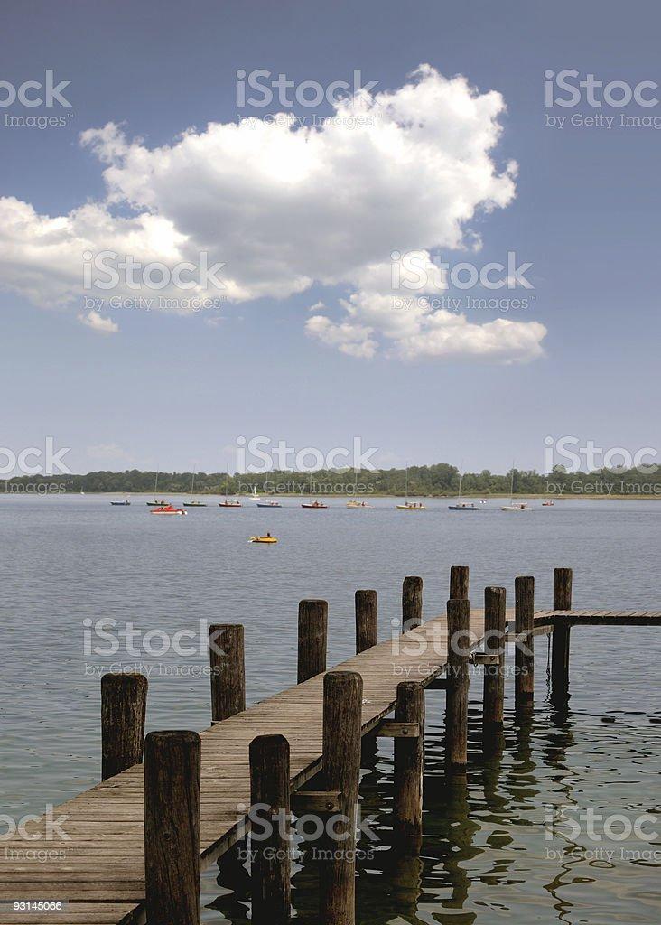 Chiemsee, Steg Bootskaravane und Wolke vor Herrenchiemsee stock photo