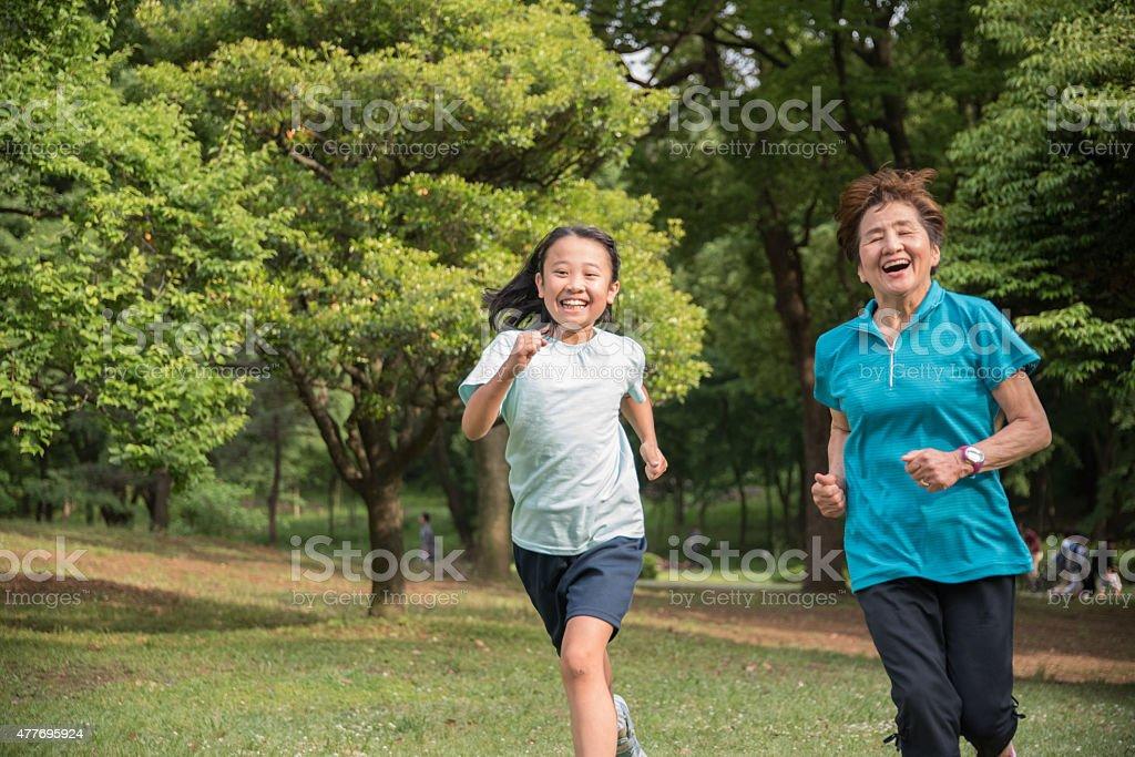 어린이 및 상석 실행 공원 royalty-free 스톡 사진