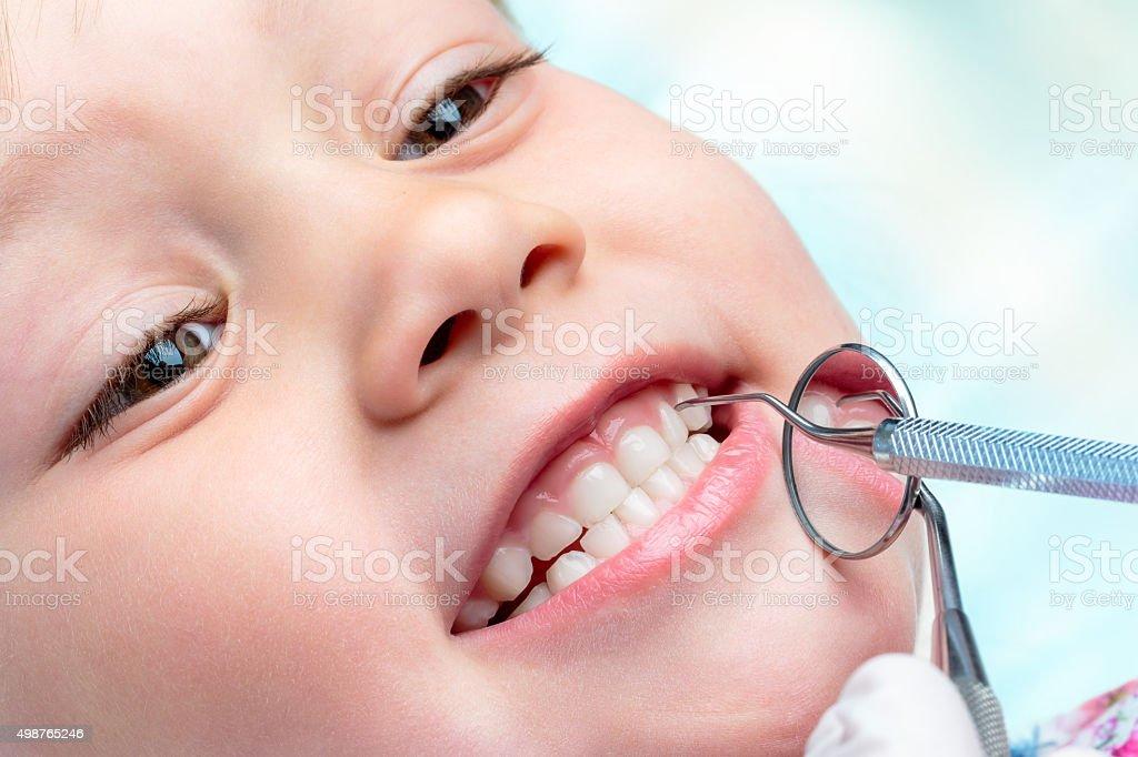 Enfant dentaire jusqu'au départ. photo libre de droits