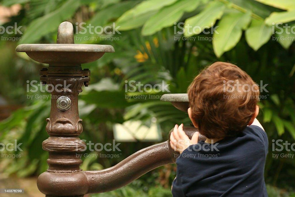 Niño en la fuente de agua foto de stock libre de derechos