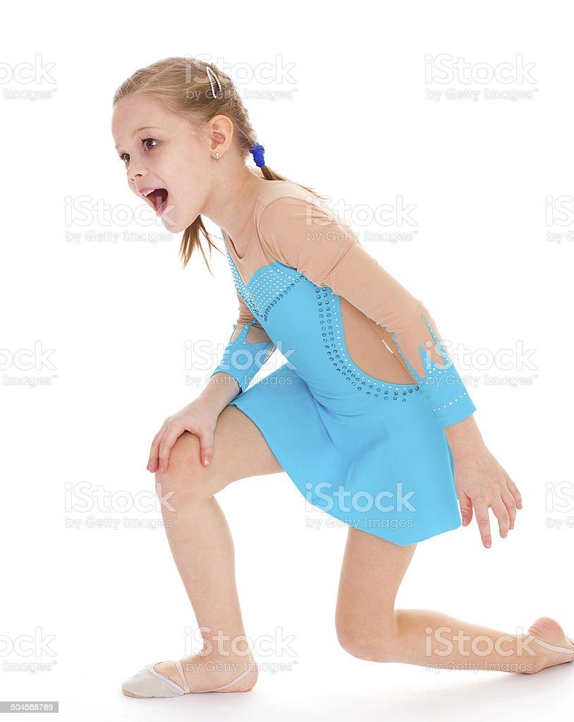 Enfant de la jeune fille faire des exercices de remise en forme photo libre de droits