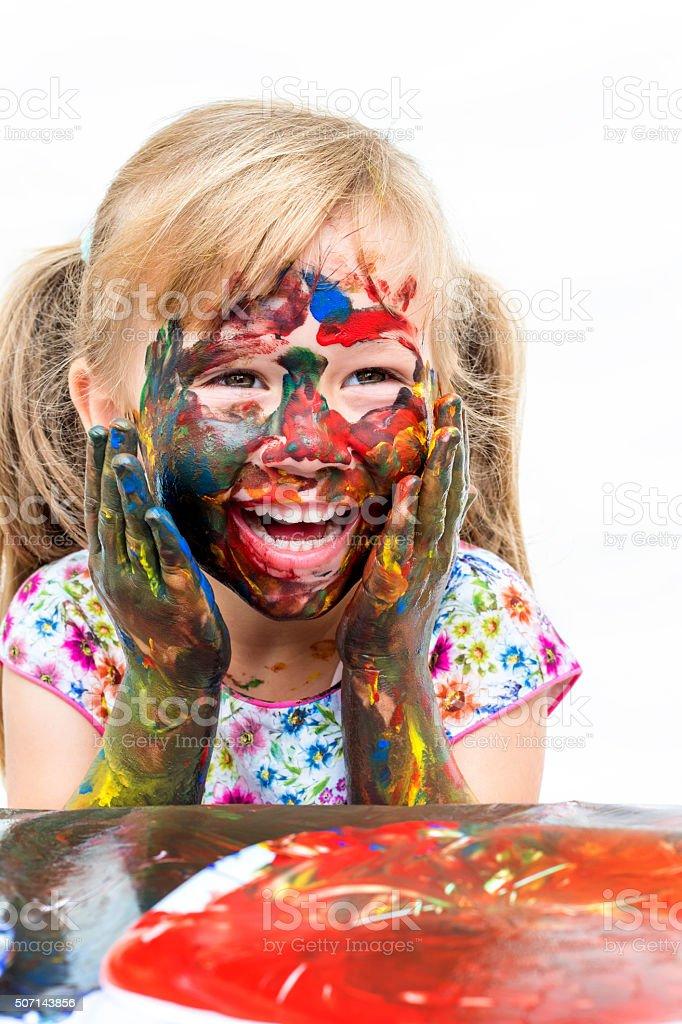 S'amuser enfant peinture avec les mains. photo libre de droits