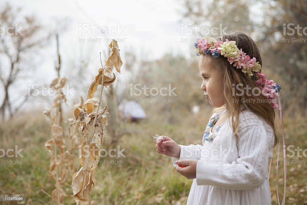 Kind im Herbst Natur Hintergrund mit weißem Kleid und Blumen – Foto