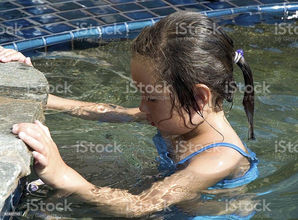 Bambino in piscina foto stock royalty-free