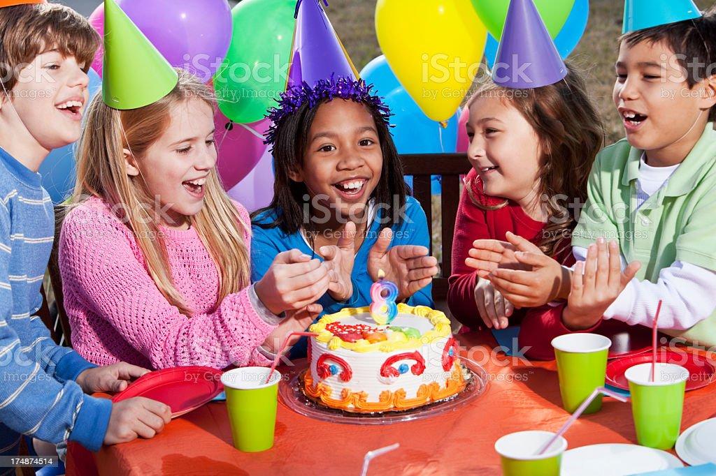 aos grupo multitnico nio pastel pastel de cumpleaos en fiesta de cumpleaos para nios