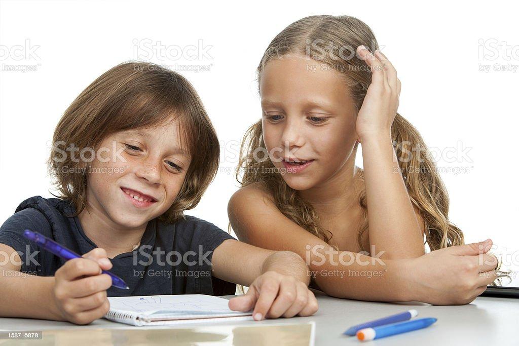 Enfants à faire leurs devoirs ensemble. photo libre de droits