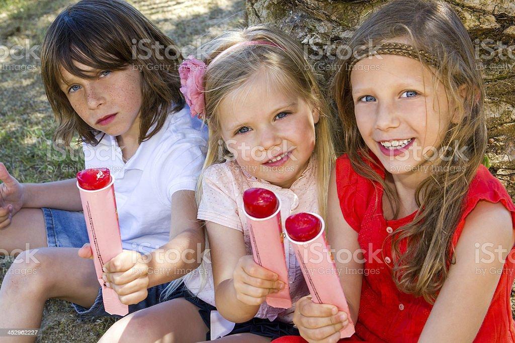 Enfants profitant des touches. photo libre de droits