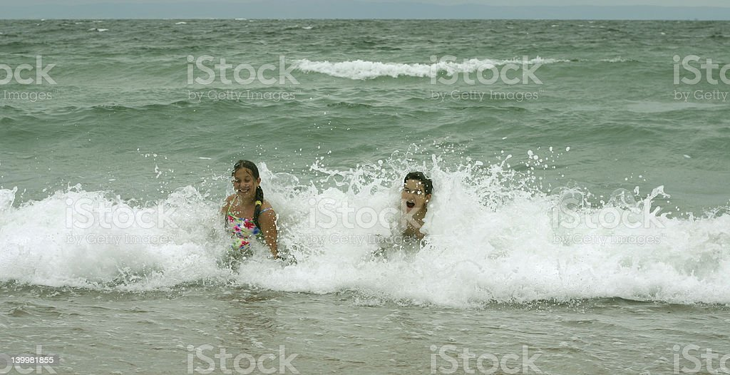 Enfants dans la mer photo libre de droits