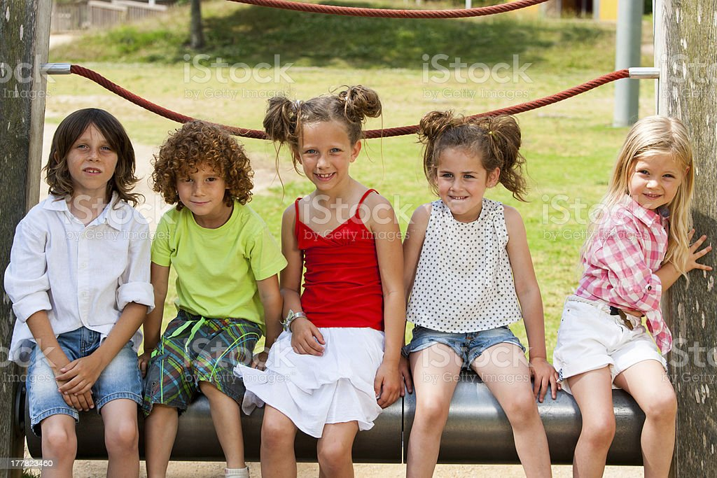 Enfants localisation ensemble dans le parc. photo libre de droits