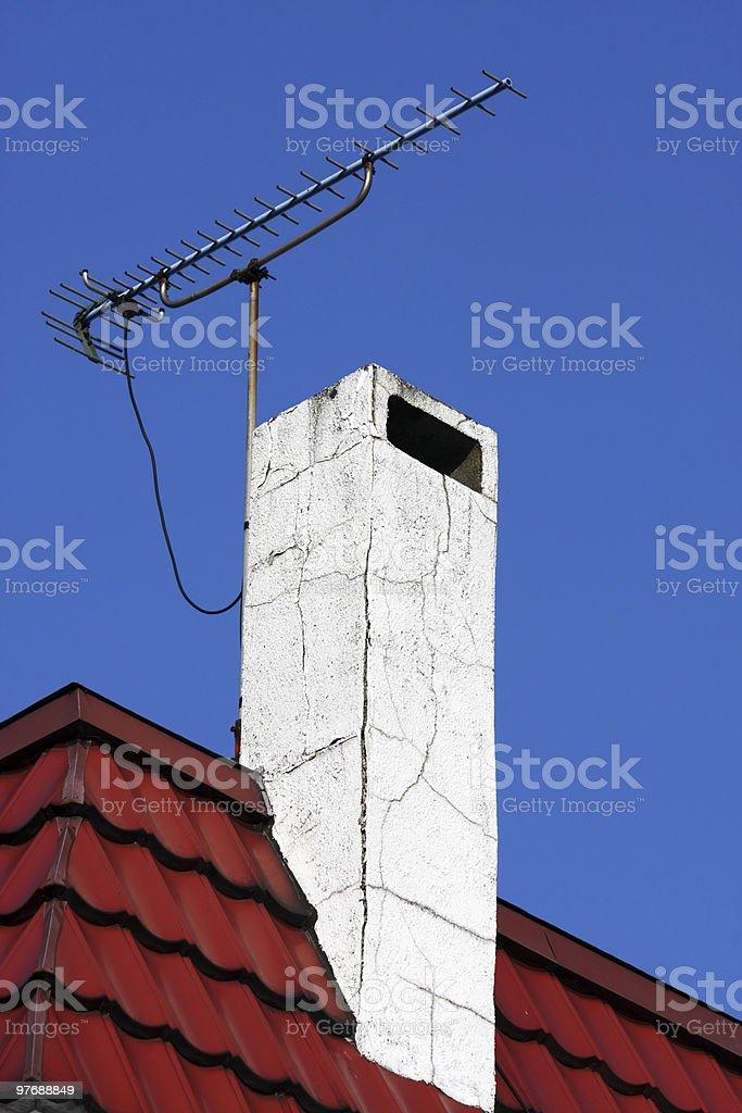Kamin und TV-Antenne Lizenzfreies stock-foto