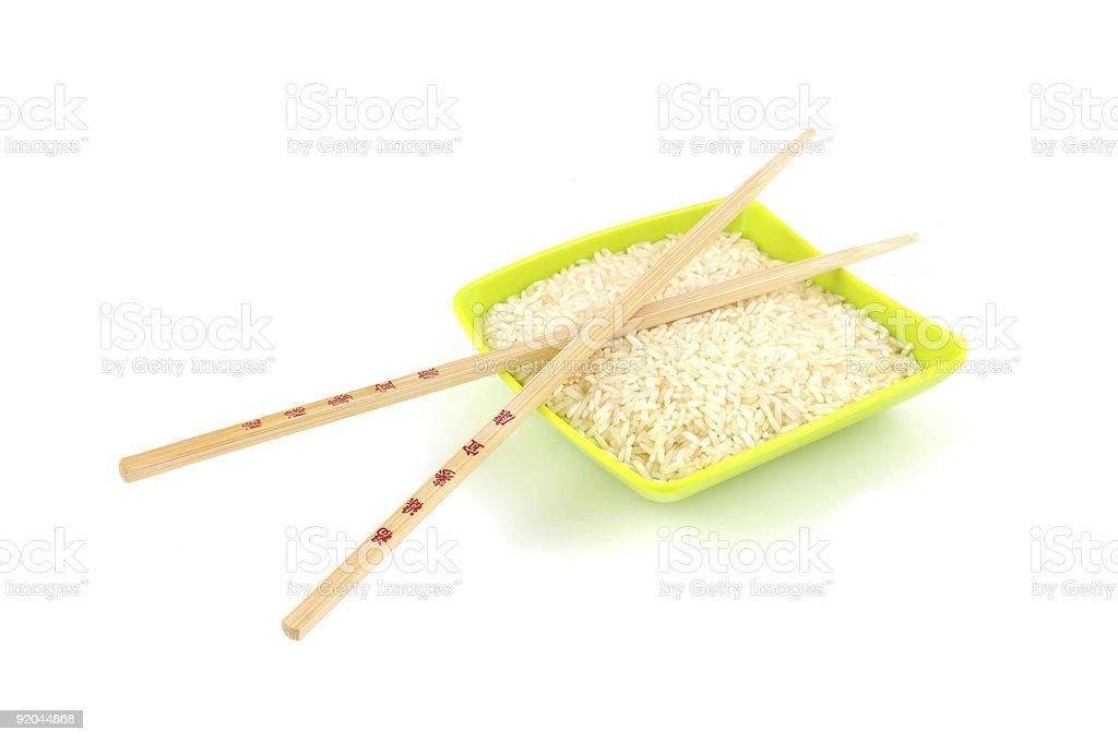 Baguettes sur bol chinois vert avec du riz photo libre de droits