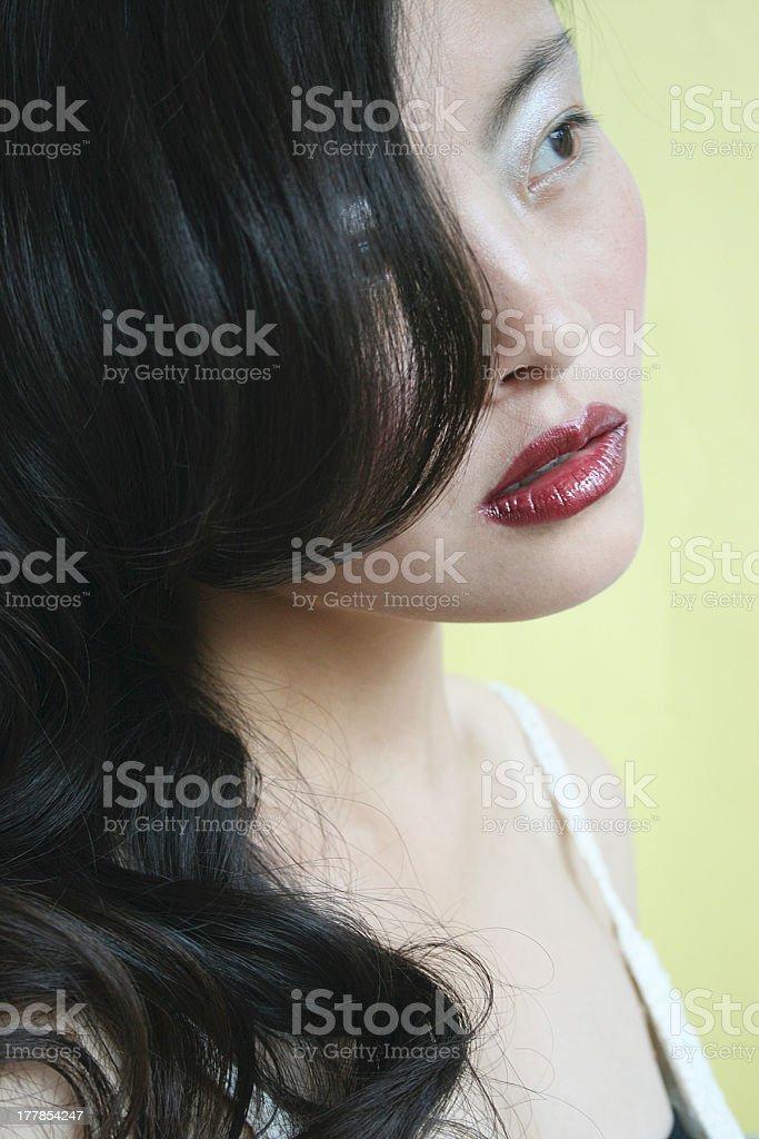 Cinese donna guardando lontano dalla telecamera foto stock royalty-free