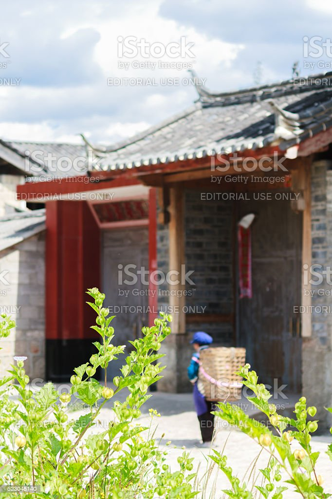 Chinese woman & traditional architecture in Lijiang, Yunnan stock photo