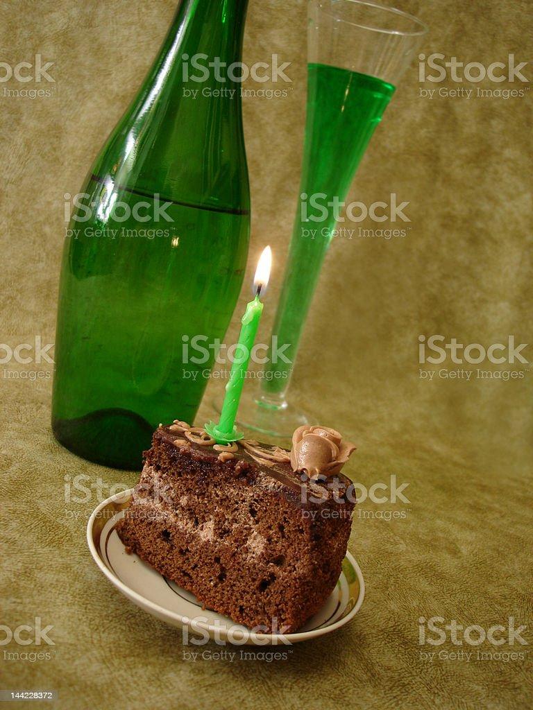 Bolo de Chocolate com Vela e verde Garrafa foto de stock royalty-free