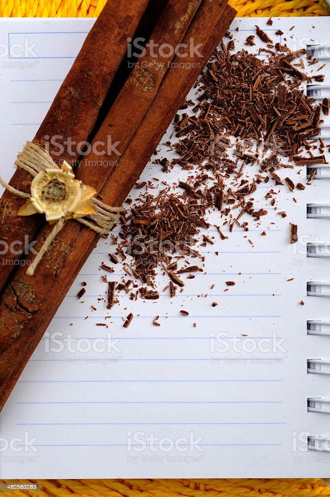 초콜릿, 시나몬 스틱, 맹검액 레시피 책 royalty-free 스톡 사진