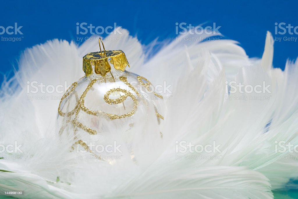 Bola de natal em branco feather foto de stock royalty-free