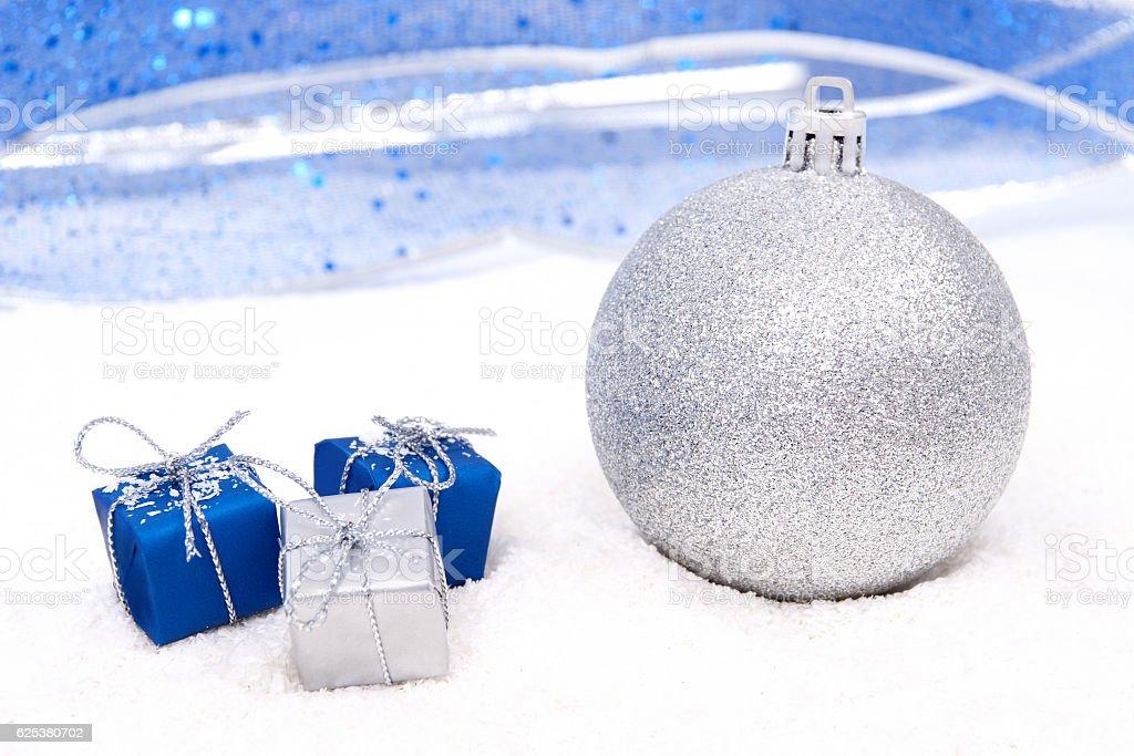 Boule de Noël avec des cadeaux photo libre de droits