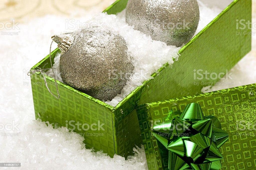 Bolas de Natal com caixa de presente em fundo de Neve foto de stock royalty-free