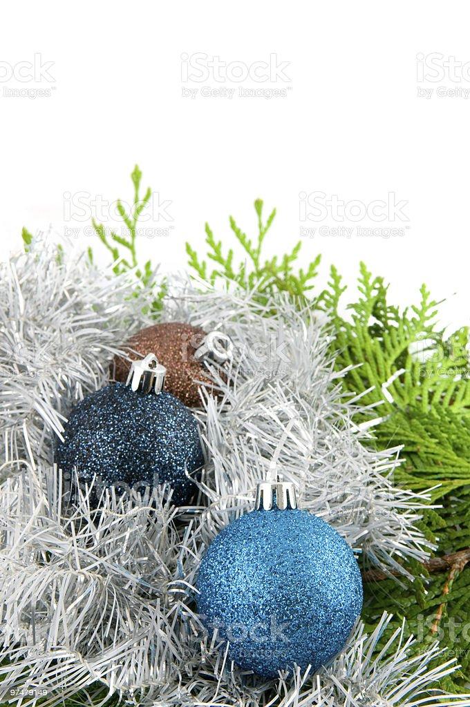 Boules de Noël avec des branches et ruban photo libre de droits