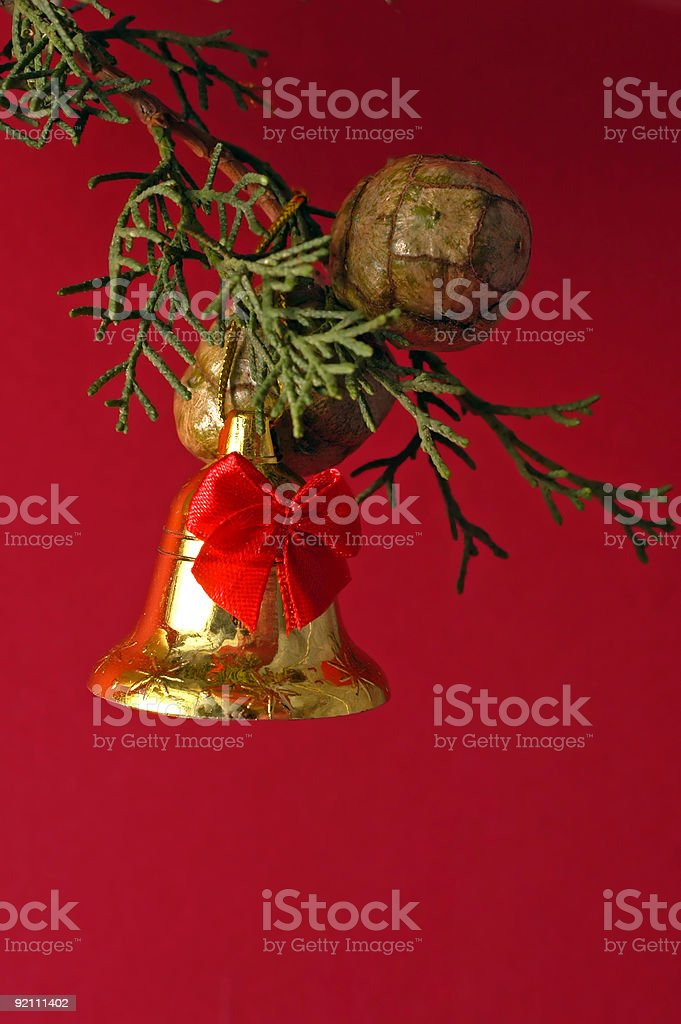 Su sfondo rosso Natale campana foto stock royalty-free