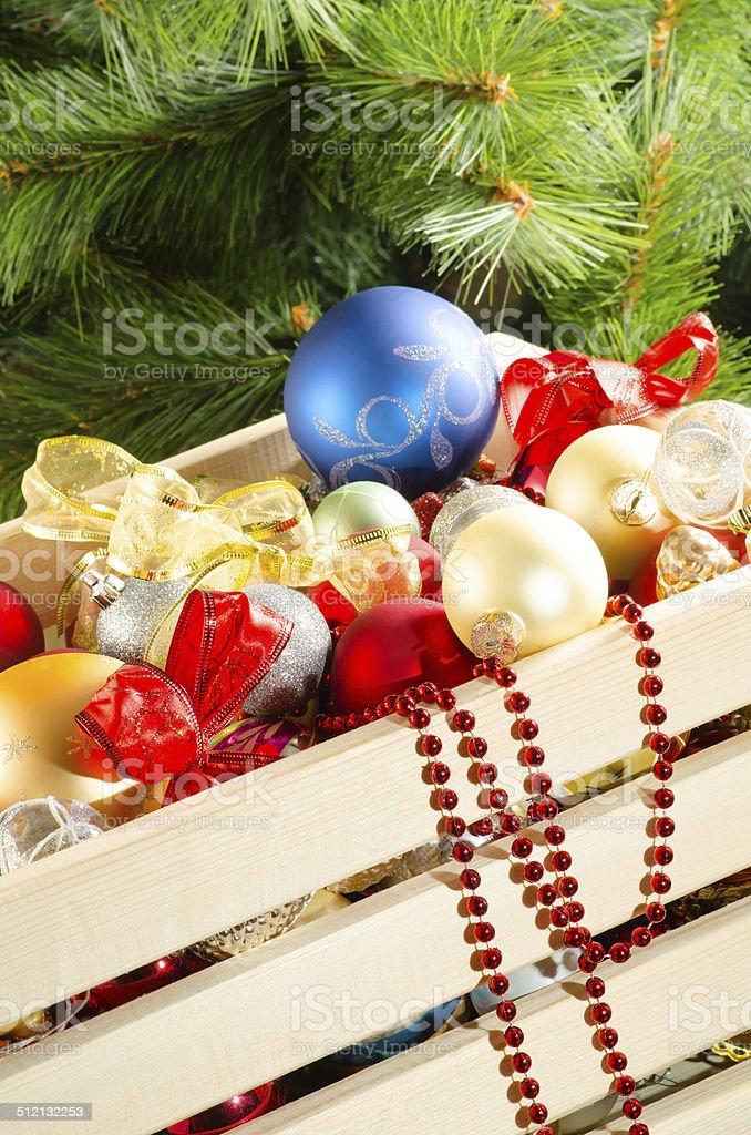 Navidad con bolas en la caja de madera foto de stock libre de derechos