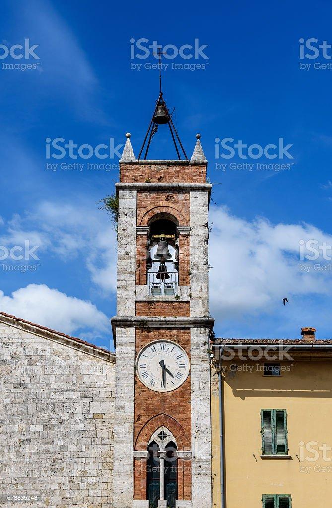 campanile della chiesa con orologio stock photo