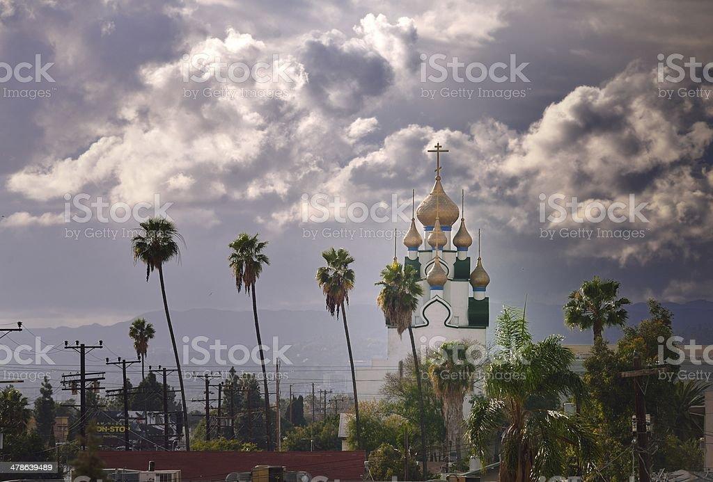 Cúpula de la iglesia del sol en el cielo melancólico - foto de stock