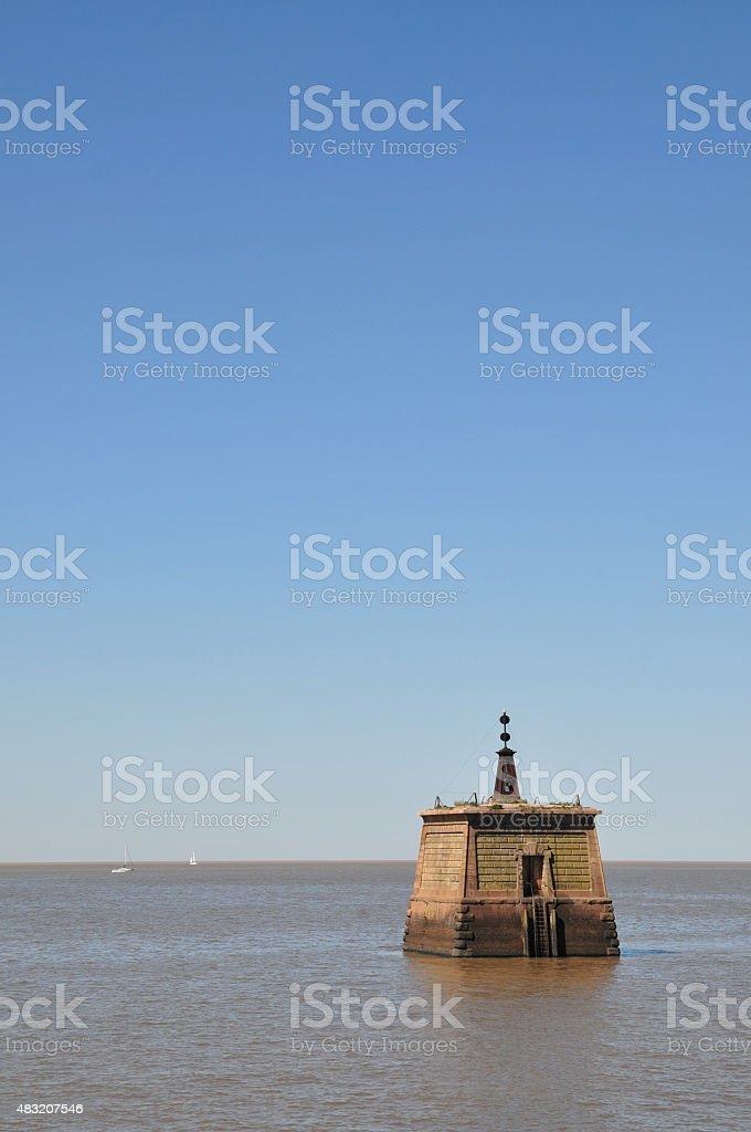 Cielo despejado sobre el rio con una torre de agua stock photo