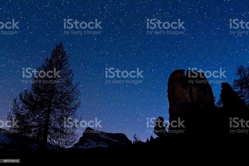 Cinque Torri e Nuvolao notte stelle stock photo