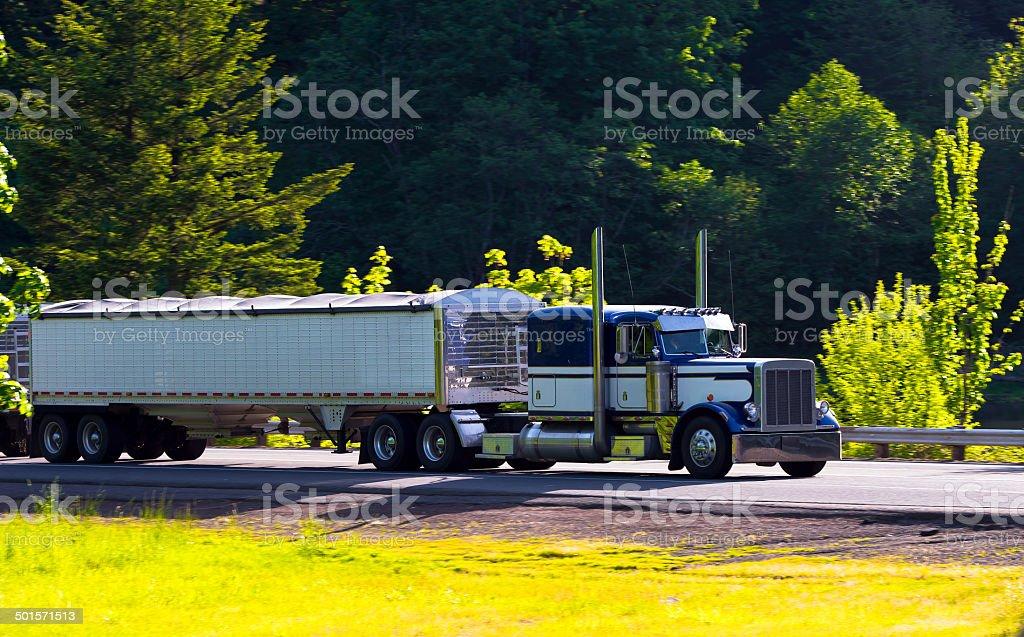 semi-camion classico big rig con due rimorchio sull'autostrada foto stock royalty-free