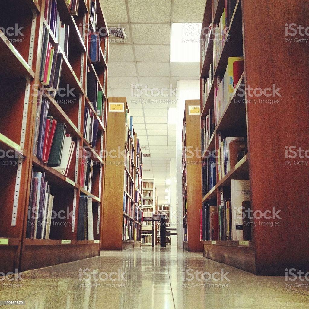 Классические книги на деревянной полке библиотеки Стоковые фото Стоковая фотография