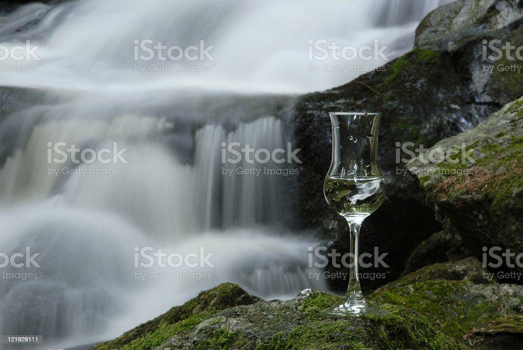 Klares Glas vor Wasserfall in der Ysperklamm royalty-free stock photo
