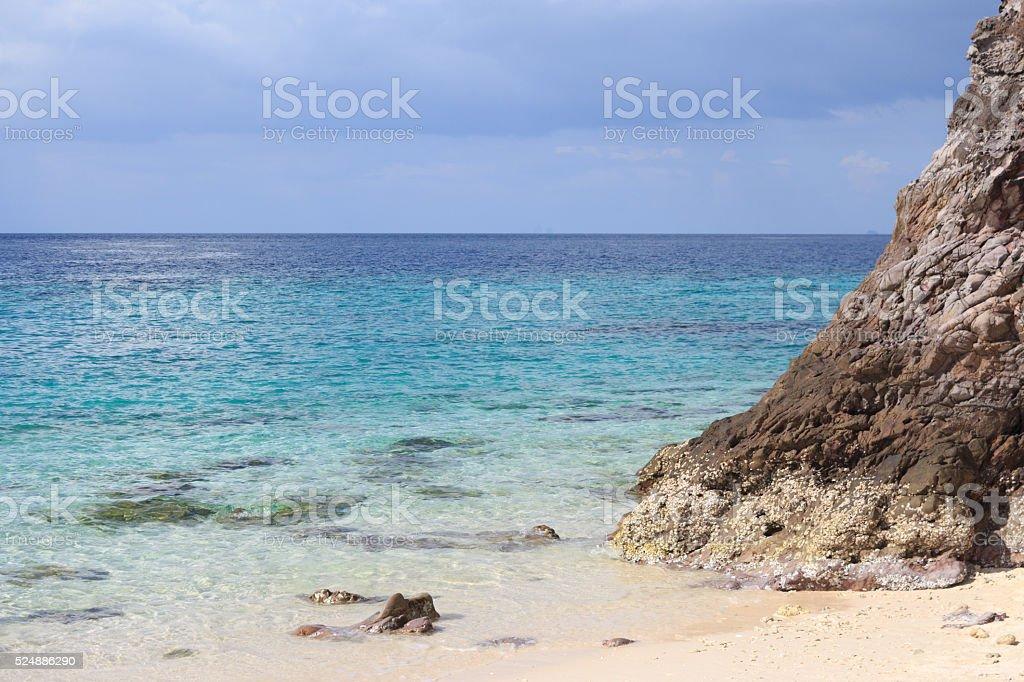 Прозрачная вода море и шероховатые скалы с камнями Стоковые фото Стоковая фотография