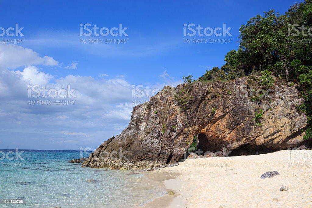 Прозрачная вода море и шероховатые скалы белый пляж с камнями Стоковые фото Стоковая фотография