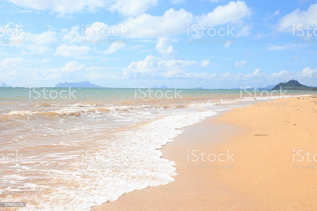 Вода волны ясно море пляж с голубым небом на отдых Стоковые фото Стоковая фотография