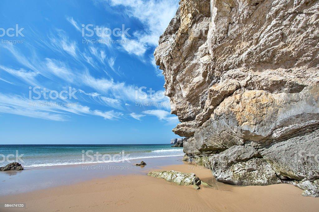 acantilado en la playa stock photo