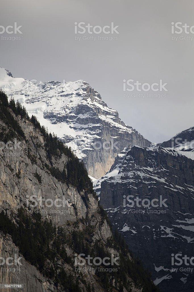 崖や雪を頂く山々、スイス ロイヤリティフリーストックフォト