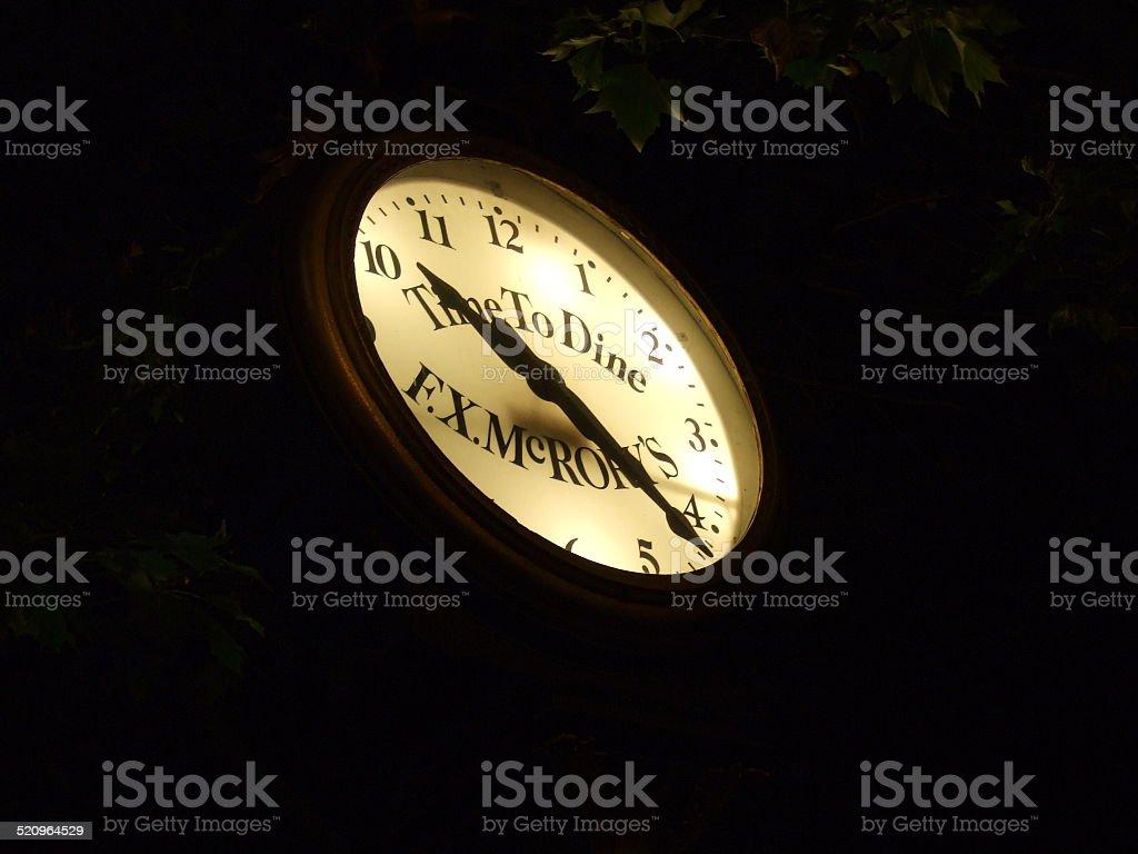 Reloj en la oscuridad foto de stock libre de derechos