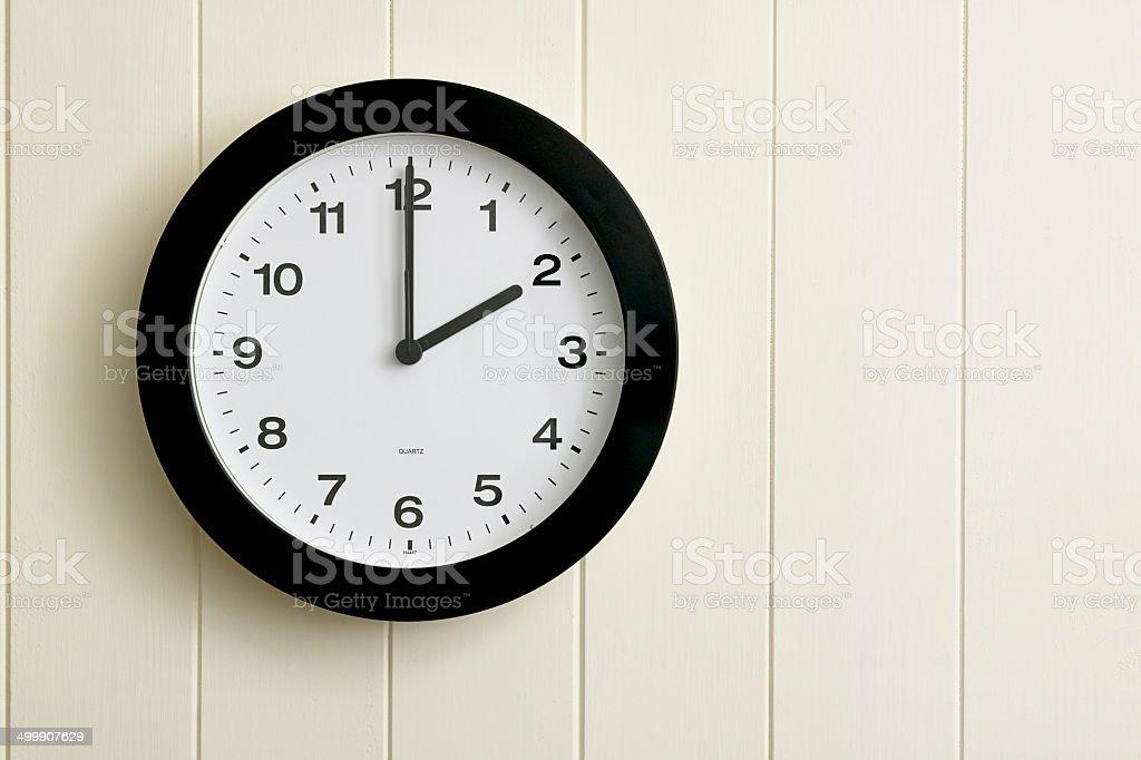 Horloge sur le mur en bois peint écran plat photo libre de droits
