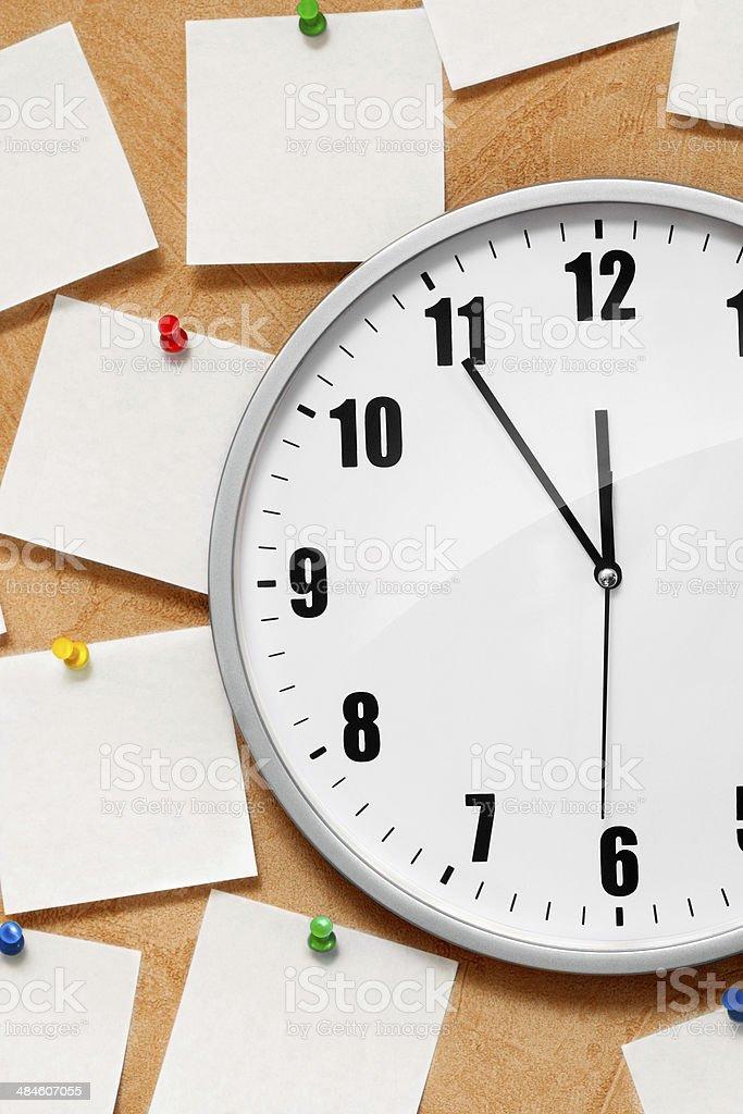 Zegar na ścianie z Uwaga zbiór zdjęć royalty-free
