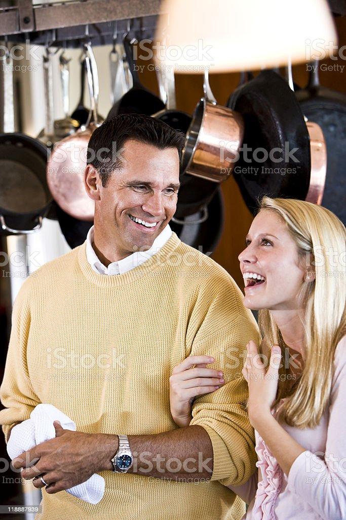 El Padre e hija adolescente sonriente en la cocina foto de stock libre de derechos