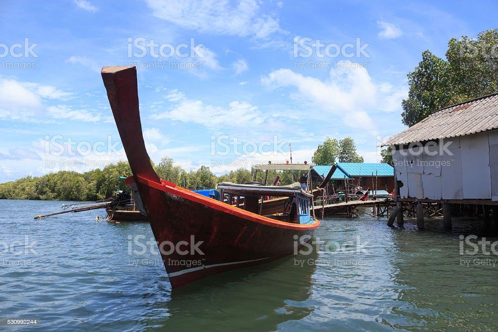 Крупным планом Рыбацкая лодка в синем море воды солнечный свет отражать Стоковые фото Стоковая фотография
