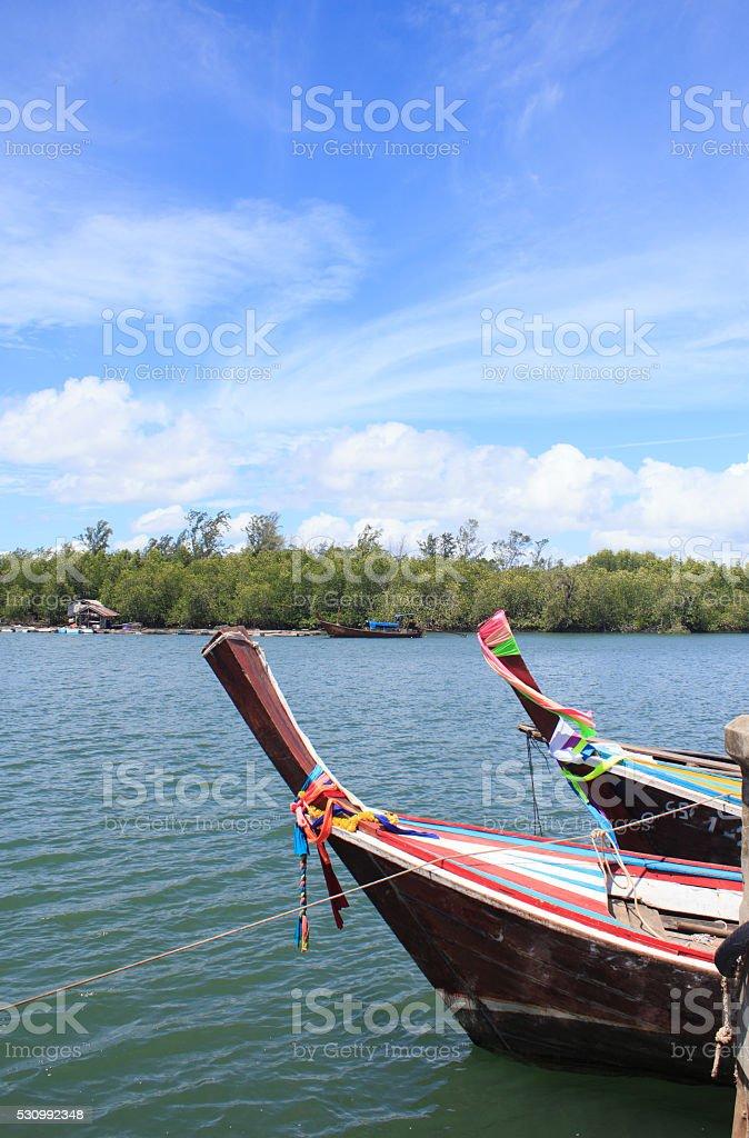 Крупным планом головы пары рыбалка лодка в море и голубое небо Стоковые фото Стоковая фотография