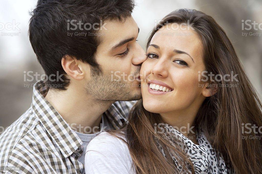 Gros plan de baiser sur la joue de filles. photo libre de droits
