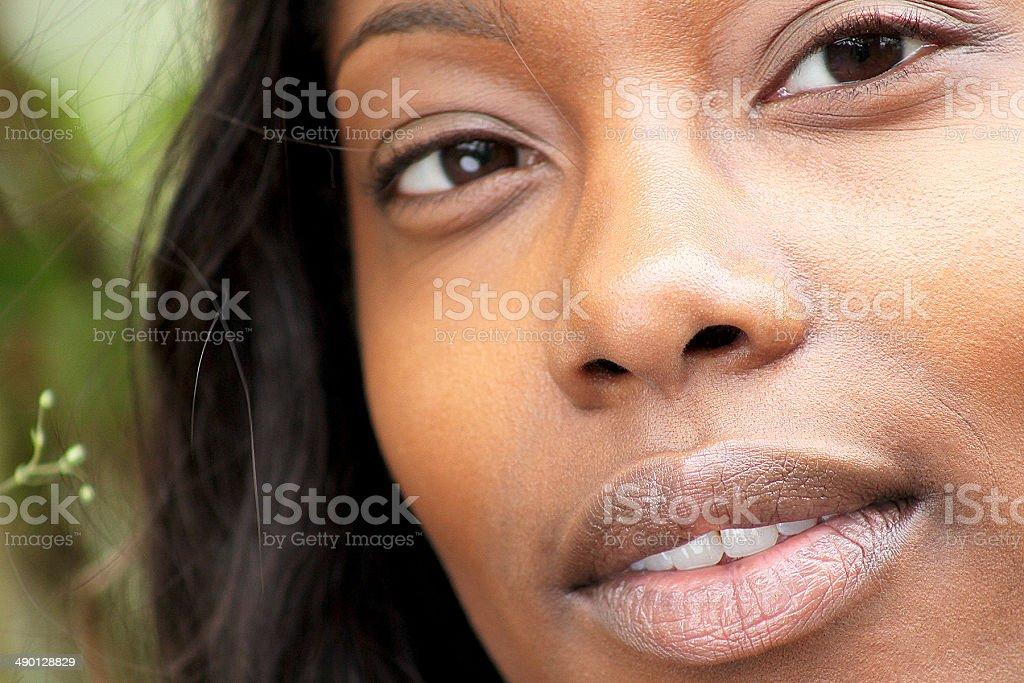 Primo piano di una donna di pensiero. foto stock royalty-free